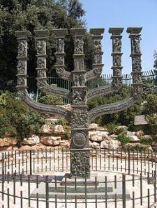 256px-Menora_vor_der_Knesset